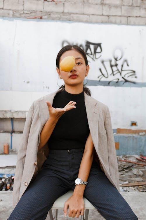 aşındırmak, Asyalı kadın, asyalı kişi, bakmak içeren Ücretsiz stok fotoğraf