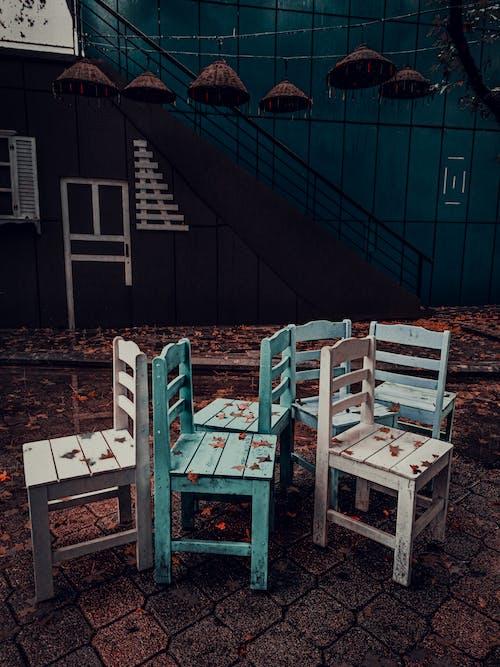 Foto profissional grátis de abandonado, cadeiras, cadeiras de madeira, construção