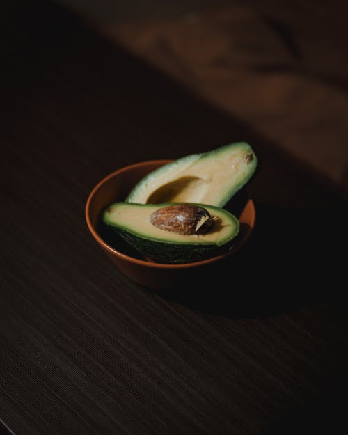 Kostnadsfri bild av avokado, bord, färsk frukt, fokus