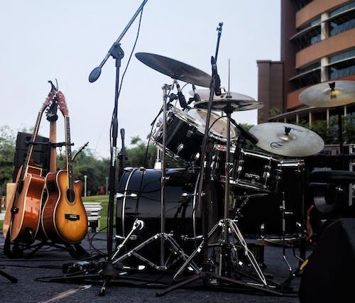 Základová fotografie zdarma na téma akustická kytara, bicí sada, hudba, kytara