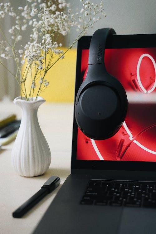 Darmowe zdjęcie z galerii z elektronika, komputer, laptop, słuchawki