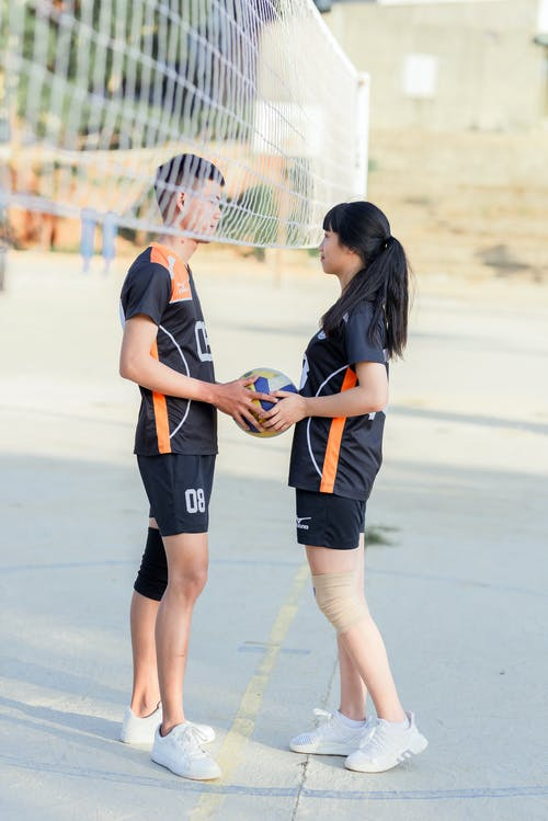 Mann Und Frau Spielen Volleyball
