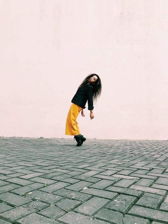 Фотография женщины в желтых штанах