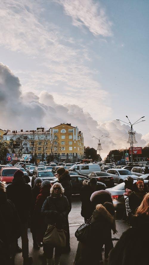 Darmowe zdjęcie z galerii z ludzie, miasto, pojazdy, samochody