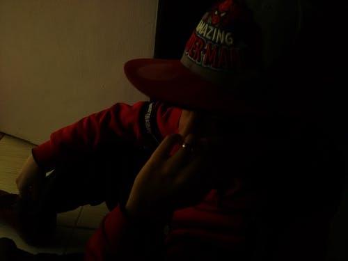 Darmowe zdjęcie z galerii z chłopak, czerwona kurtka, emocja, hip hop