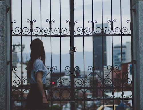 Frau, Die Neben Tor Steht