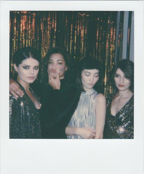 Foto Von Vier Frauen, Die Nebeneinander Stehen