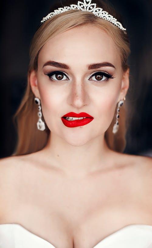 Darmowe zdjęcie z galerii z biżuteria, czerwone usta, dziewczyna, kobieta