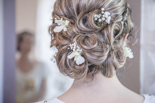 흰색 꽃 머리 덩굴을 입고 여자