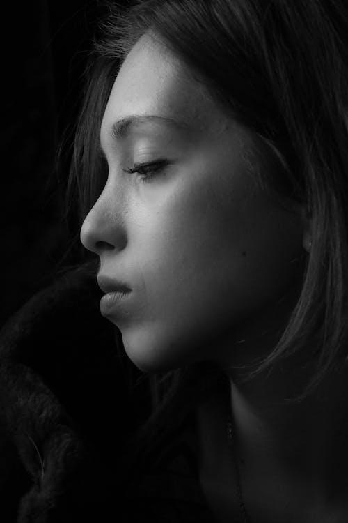Darmowe zdjęcie z galerii z ciemny, czarno-biały, dorosły, dziewczyna