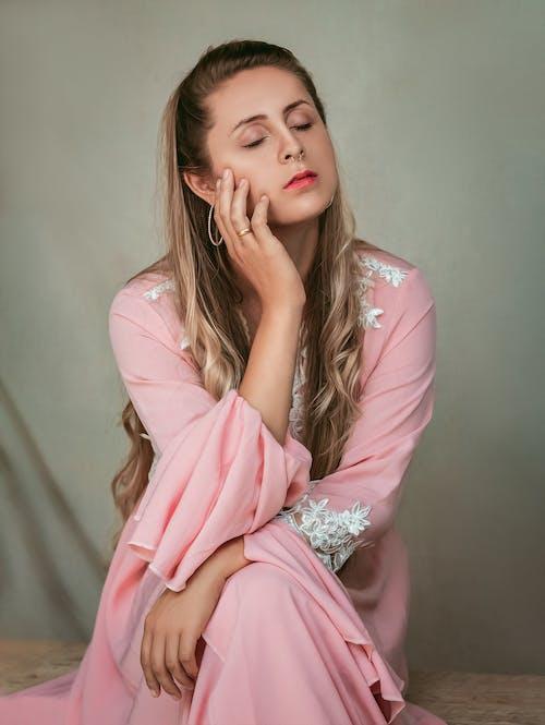 Foto stok gratis bagus, berambut pirang, berwarna merah muda, duduk