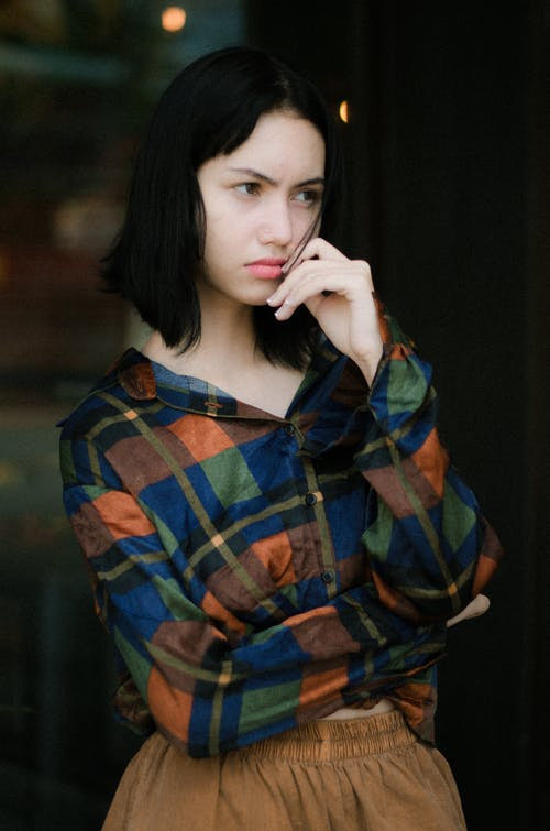 Foto profissional grátis de bonita, expressão facial, grave, modelo