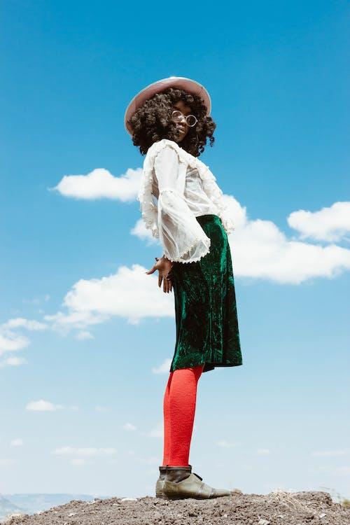 Foto profissional grátis de céu azul, céu de brigadeiro, fotografia de moda, mulher