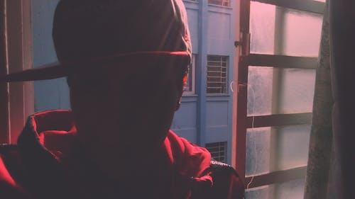 Darmowe zdjęcie z galerii z chłopak, czerwona kurtka, emocja, kinowy