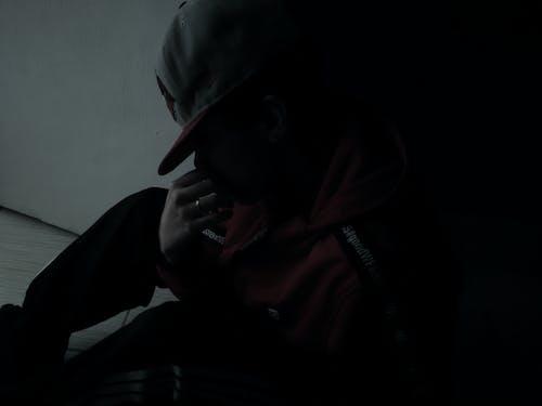 Darmowe zdjęcie z galerii z chłopak, czerwona kurtka, dramatyczny, emocja