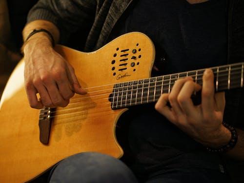 Photos gratuites de cordes, faire un accord à la guitare, guitare, guitare acoustique
