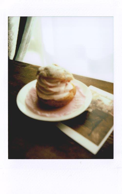 Gratis stockfoto met afbeelding, bord, cakeje, gebak