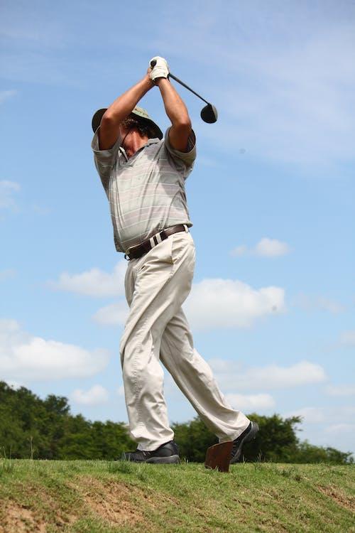Mann Im Grauen Poloshirt Und In Den Hosen, Die Golf Spielen