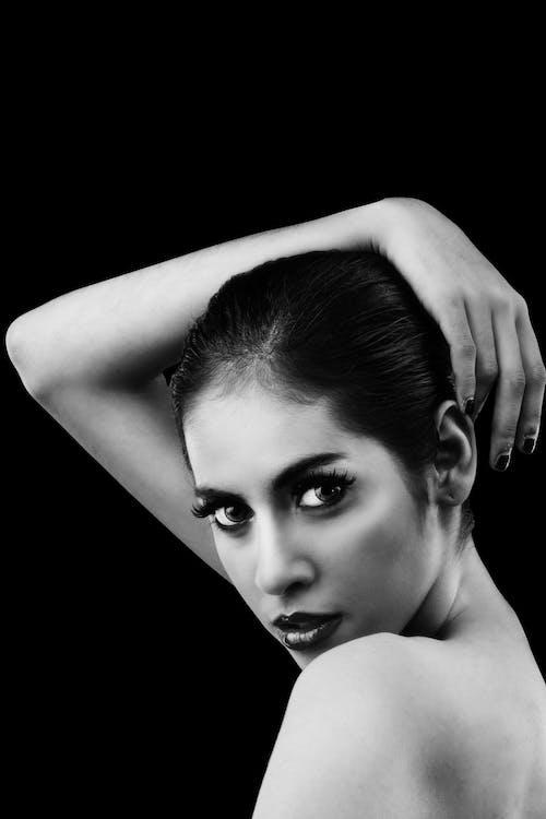 Foto stok gratis bahu, cewek, hitam & putih, kaum wanita