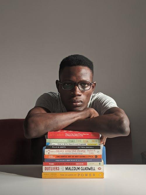 Δωρεάν στοκ φωτογραφιών με άνδρας, Άνθρωποι, αρσενικός, βιβλία