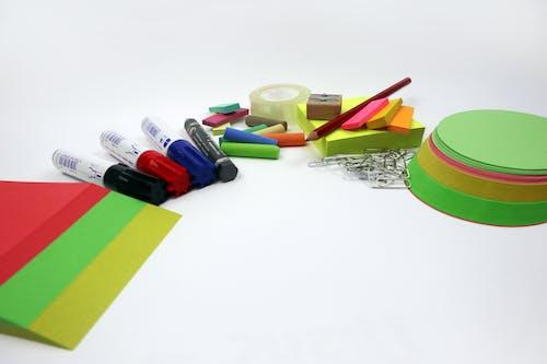 Kostnadsfri bild av färgade pennor, färgrik, kontor, presentation