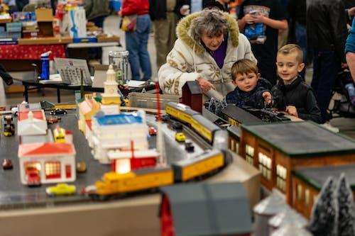 Безкоштовне стокове фото на тему «Бабуся, діти, модель поїзда, поїзди»