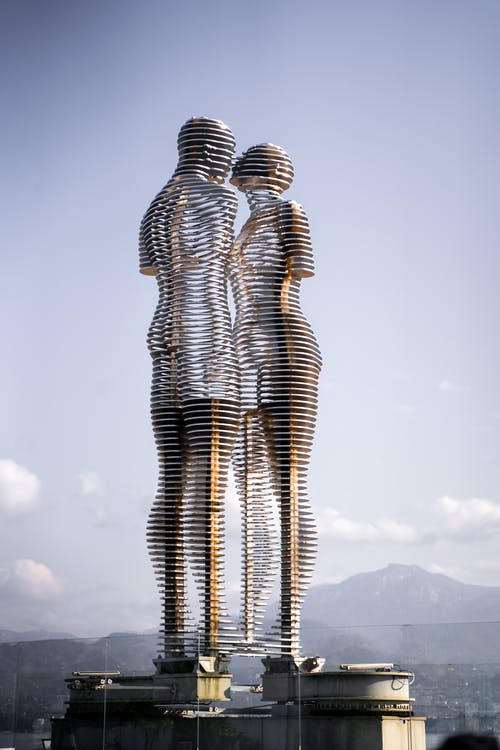 Kissing Man and Woman Statue