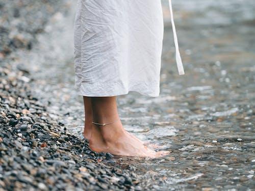 Бесплатное стоковое фото с берег, босиком, водоем, галька
