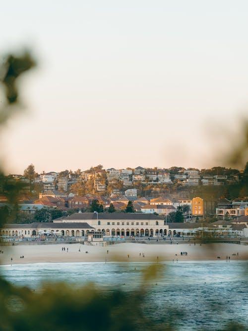 城鎮, 天空, 山, 岸邊 的 免费素材照片