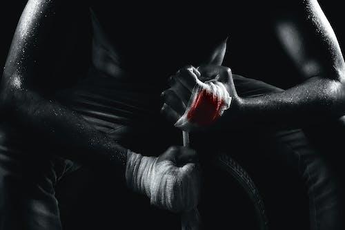 Foto d'estoc gratuïta de blanc i negre, fons negre, guerrer, lluitar