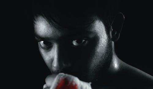 Foto d'estoc gratuïta de blanc i negre, centelleig, fons negre, mirada assassina