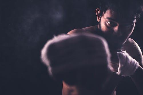 Foto d'estoc gratuïta de fer un cop de puny, gimnàs, guerrer, lluitador