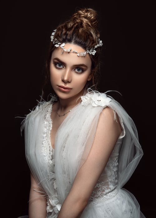 Mujer Con Vestido De Tirantes Blanco Con Tocado Blanco