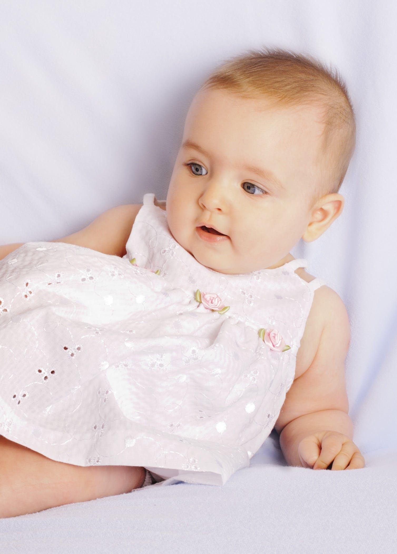 Baby in rosa Kleid | Quelle: Pexels