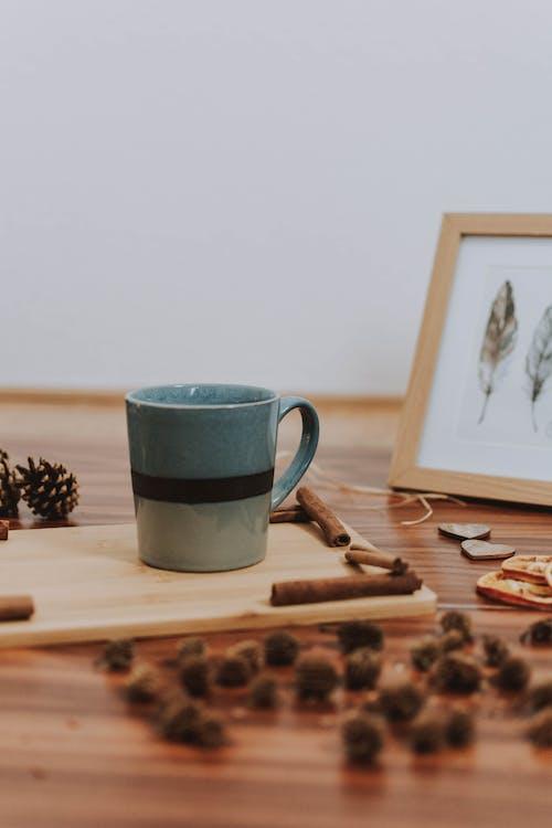 Imagine de stoc gratuită din bețe de cinamon, cană, cană de cafea, suprafață de lemn