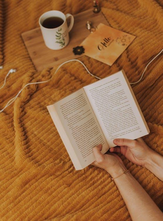 Foto Tangan Yang Memegang Buku