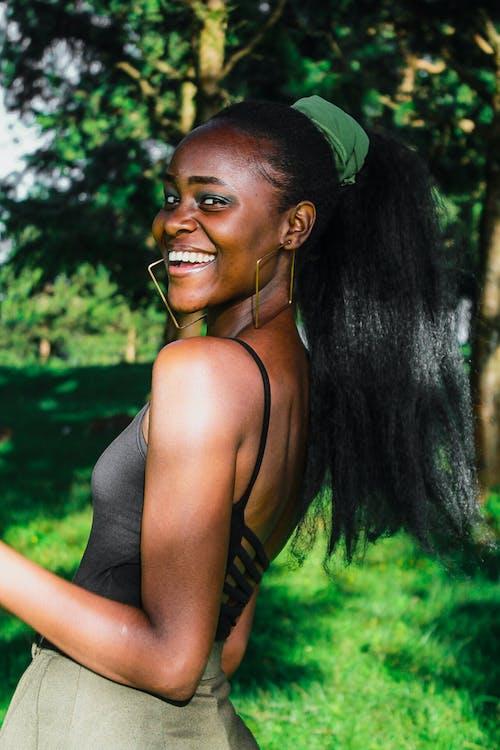 Δωρεάν στοκ φωτογραφιών με happy μαύρη γυναίκα, outdoorchallenge, portraitswithapop, αειθαλής