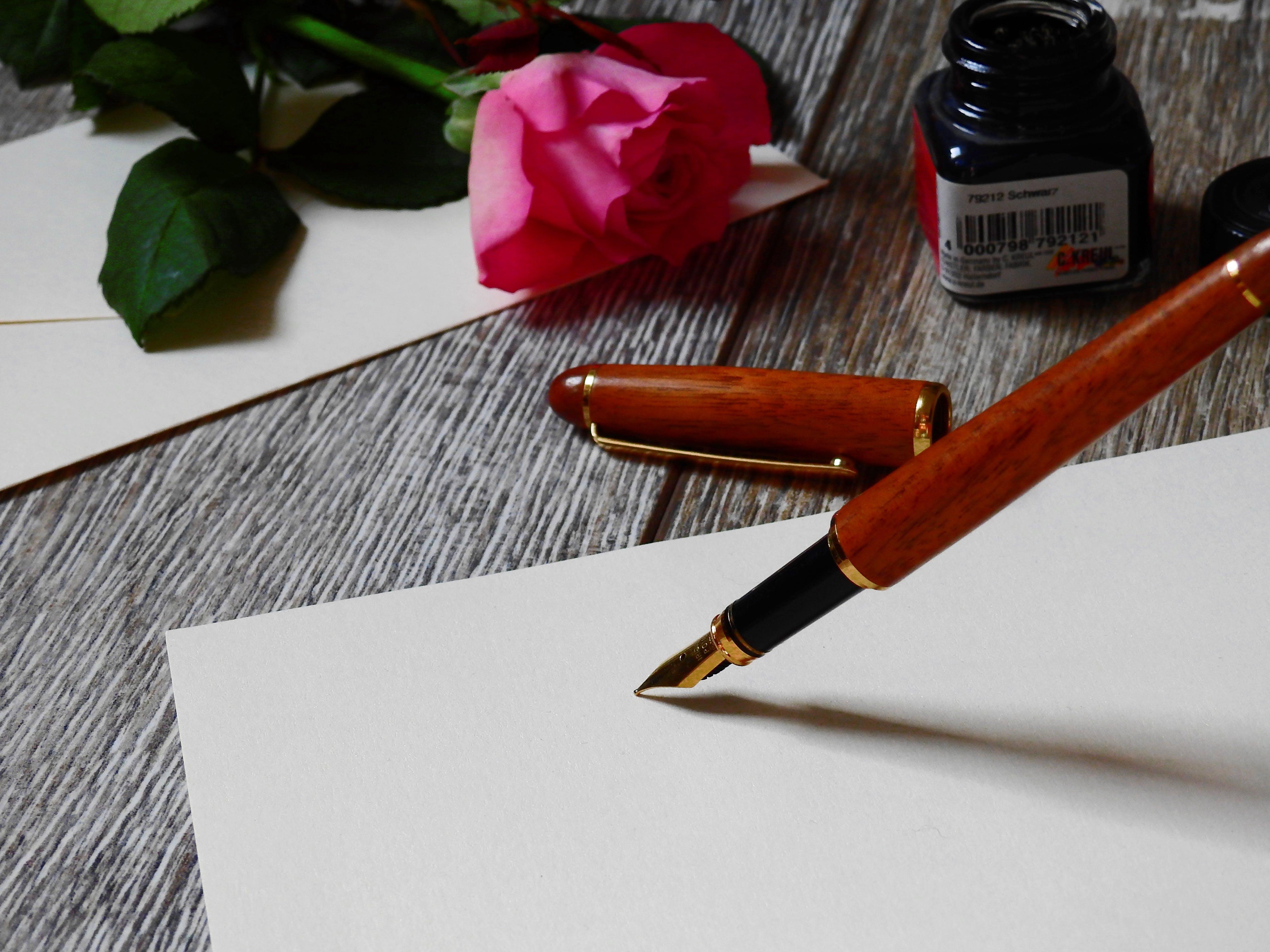 Foto profissional grátis de balcão, borrão, caneta, composição