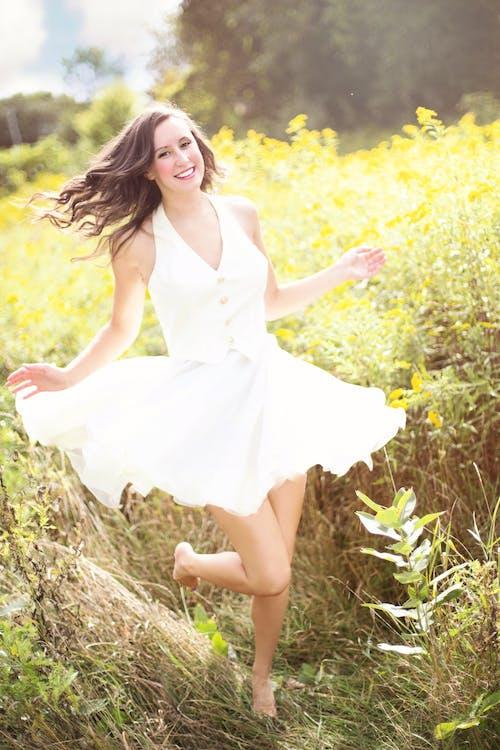çıplak ayak, dans etmek, elbise, esmer içeren Ücretsiz stok fotoğraf