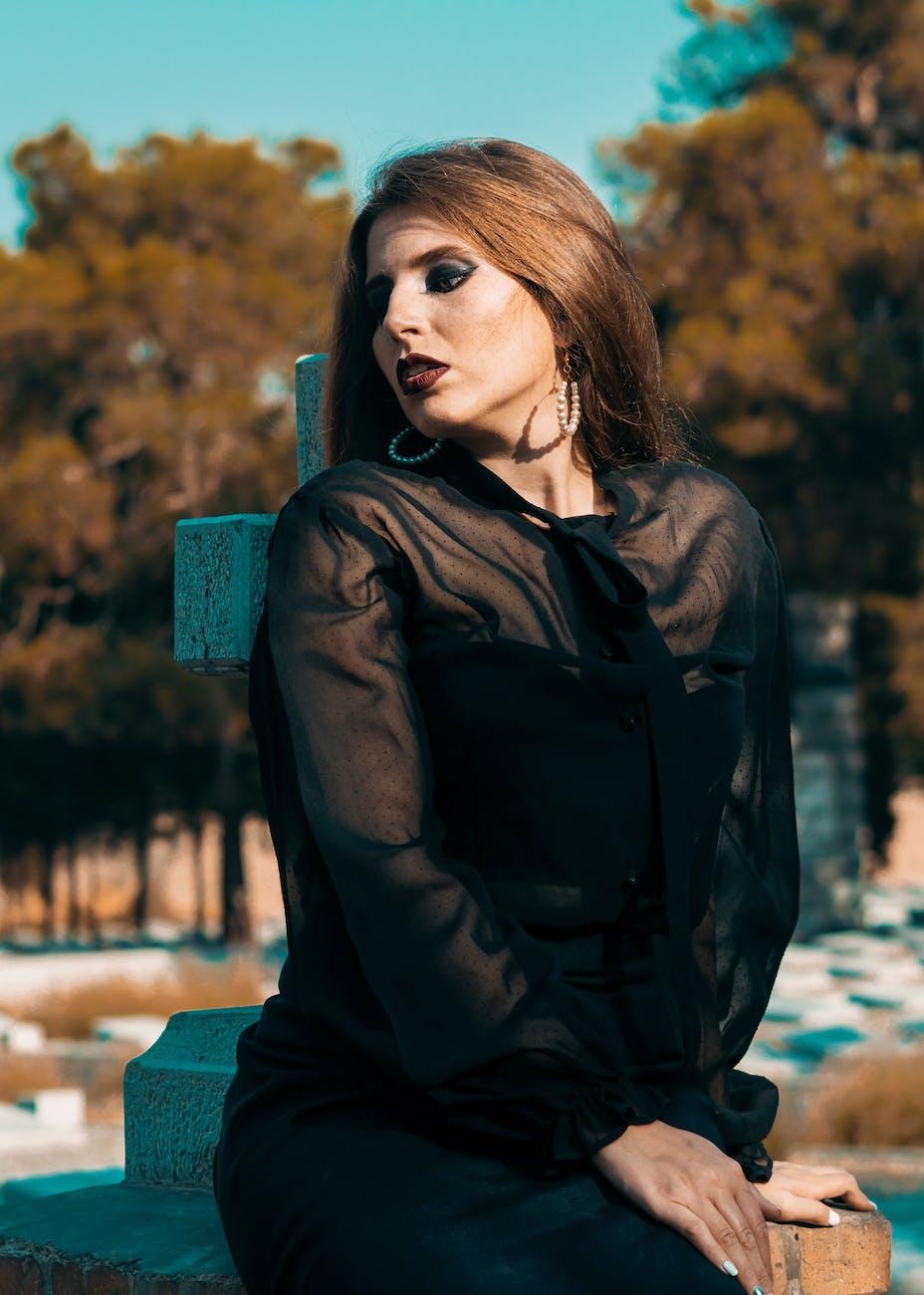 Une femme vêtue d'une robe noire.   Photo : Pexel