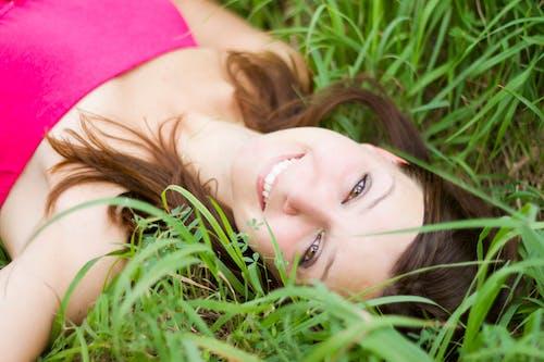 누워 있는, 모델, 미소, 미소 짓는의 무료 스톡 사진