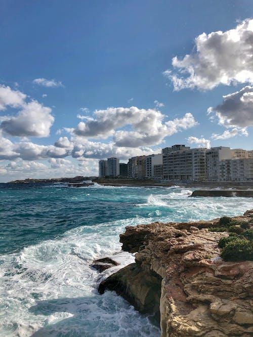 Gratis arkivbilde med blå himmel, blå sjø, by ved sjøen
