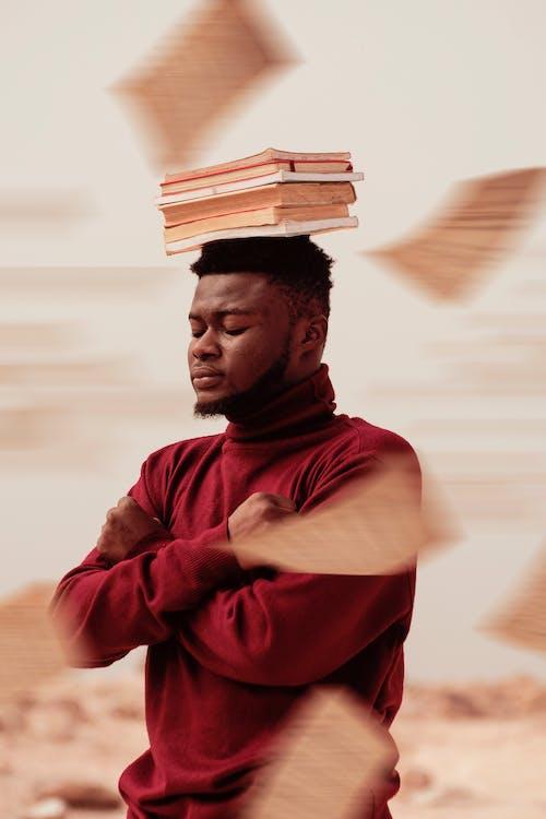 Darmowe zdjęcie z galerii z czarnoskóry, edukacja, książki, mężczyzna