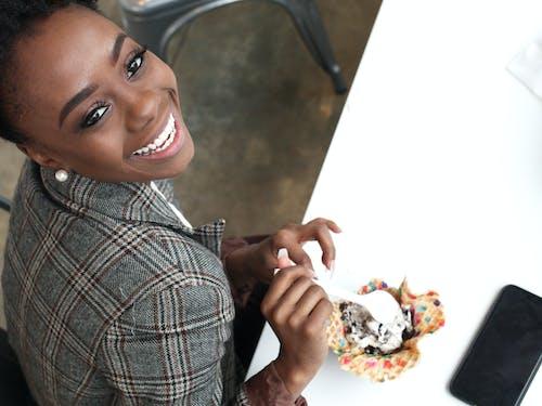 Gratis stockfoto met blij, dineren, gekleurde vrouw, gelukkig
