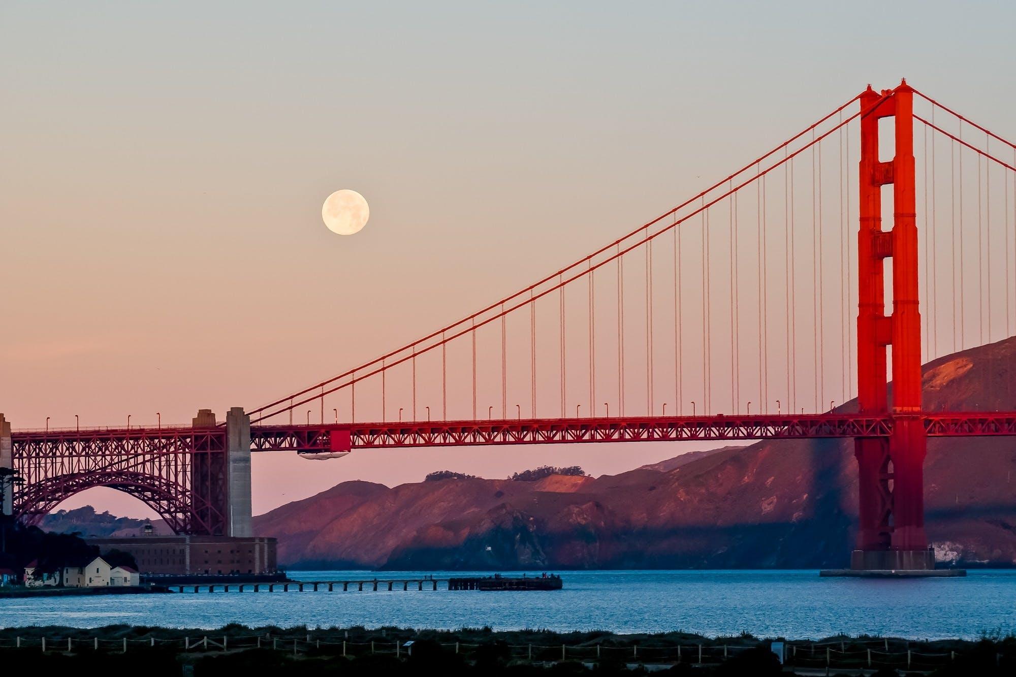 Foto stok gratis air, Arsitektur, awan, bulan