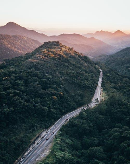 Fotografía Aérea De La Carretera Cerca De Las Montañas