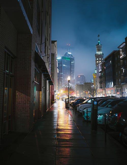 Le Auto Parcheggiate Sul Lato Della Strada Durante La Notte