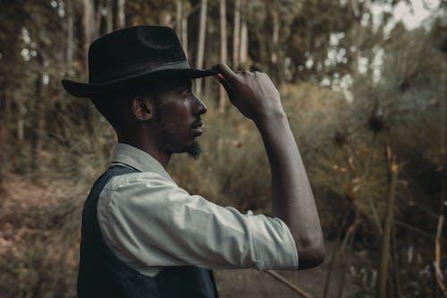 Foto d'estoc gratuïta de a l'aire lliure, barret de cowboy, barret de fedora, barret de vaquer