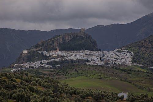 Δωρεάν στοκ φωτογραφιών με βουνά, δέντρα, κάστρο, ουρανός