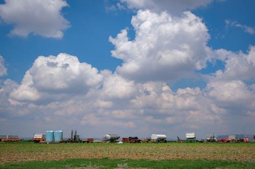 Photographie De Paysage D'équipement Agricole Sous Un Ciel Nuageux